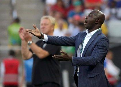 La FIFA sanciona de por vida a Samson Siasia, exseleccionador de Nigeria, por aceptar sobornos