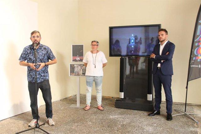 Imatge de la regidora de Justícia Social, Feminisme i LGTBI de Cort, Sonia Vivas, amb el director general de Joventut de Cort, Alberto Rosauro, durant l'acte de lliurament dels premis 'Open Call'.