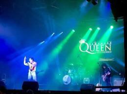 Una imagen del concierto homenaje a Queen en las fiestas de Serranillos del Valle donde cayó parte del escenario