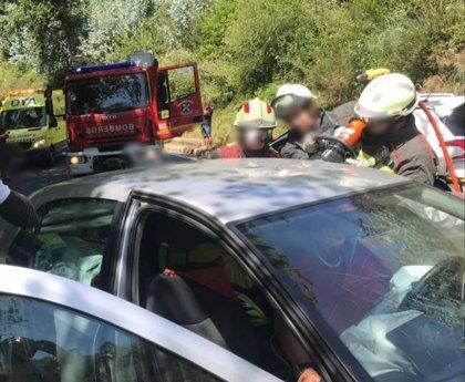 Dos heridos en una colisión frontal de dos vehículos en Castro