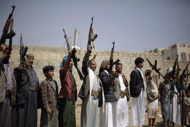 Rebeldes huthis muestran sus armas