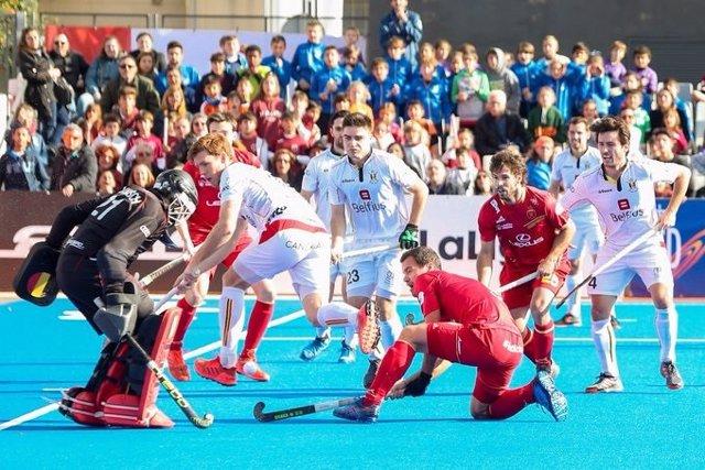 La selección española masculina de hockey hierba, en un partido ante Bélgica.