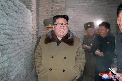 """Kim Jong Un supervisa una prueba de lanzamiento de un """"nuevo arma"""" desarrollada por Corea del Norte"""