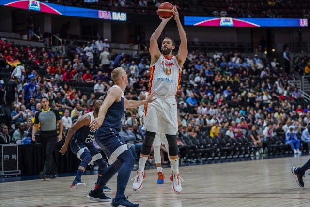 Marc Gasol lanza a canasta en el amistoso de la selección española de baloncesto ante los Estados Unidos