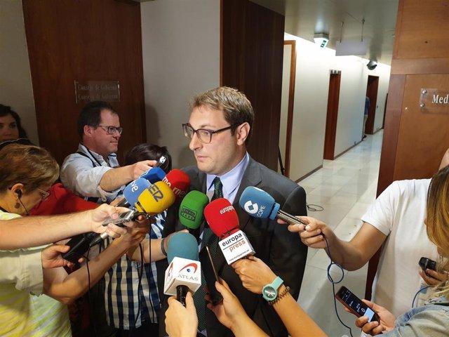 El diputado de Foro, Adrián Pumares, atiende a los medios.