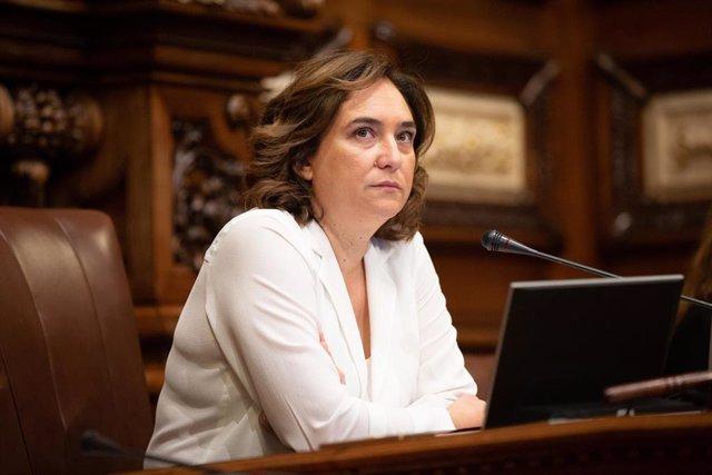 La alcaldesa de Barcelona, Ada Colau, participa en el pleno extraordinario sobre vivienda en el Ayuntamiento de Barcelona.