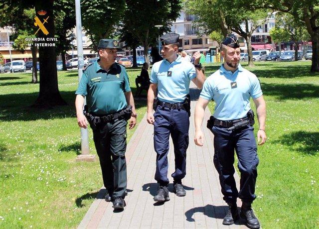 Patrulla mixta entre Guardia Civil y Gendarmería Francesa en vigilancia del Camino del Norte en la zona oriental de Cantabria.