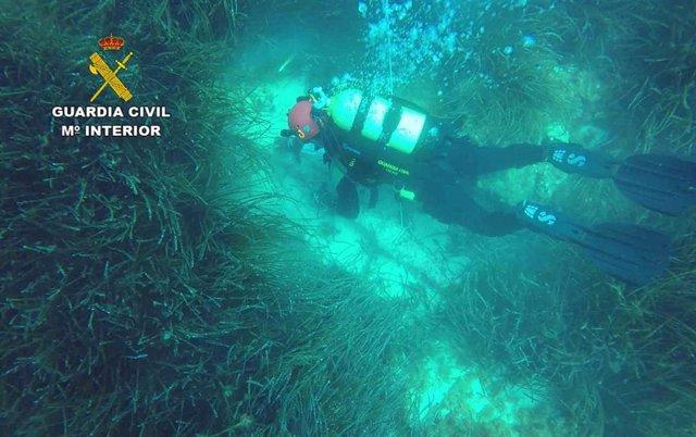 Imagen de un miembro de los GEAS realizando prácticas subacuáticas en aguas de Mallorca.