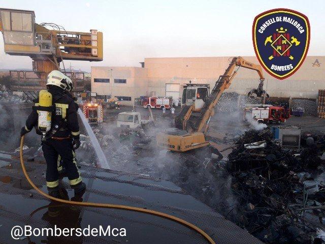 Imatge de l'incendi declarat al polígon industrial de Ses Veles.