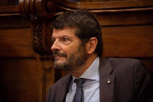 El teniente de alcalde de Seguridad de Barcelona, Albert Batlle, participa en el pleno extraordinario sobre vivienda en el Ayuntamiento de Barcelona.