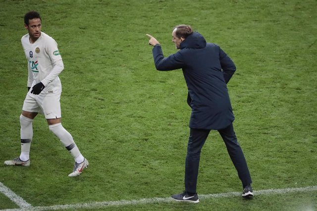 Tuchel da instrucciones a Neymar en un partido del PSG