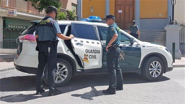 Vehículo de la Guardia Civil con agentes.