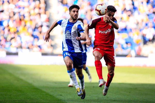 Didac Vila y Jesús Navas persiguen un balón en el Espanyol-Sevilla de LaLiga Santander 2018-2019