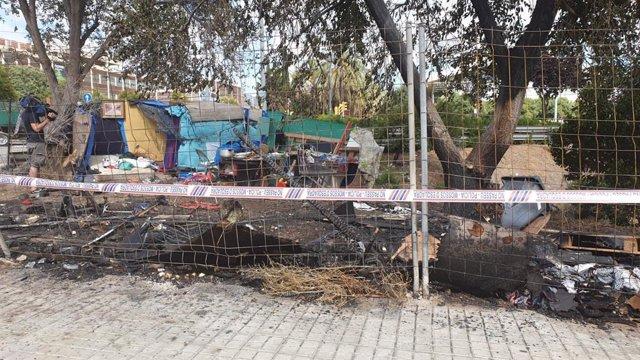 Incendi en una zona de barraques del districte de Sant Martí de Barcelona amb tres ferits per cremades.
