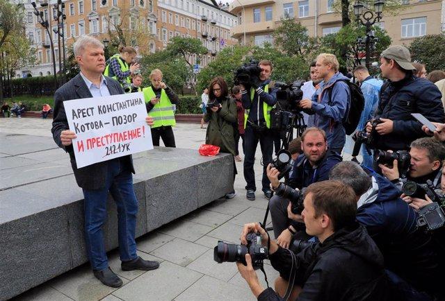 El dirigente opositor ruso Sergei Mitrojin durante una protesta en Moscú
