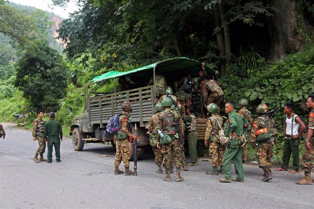 Soldados de Birmania tras un ataque insurgente en el norte del país