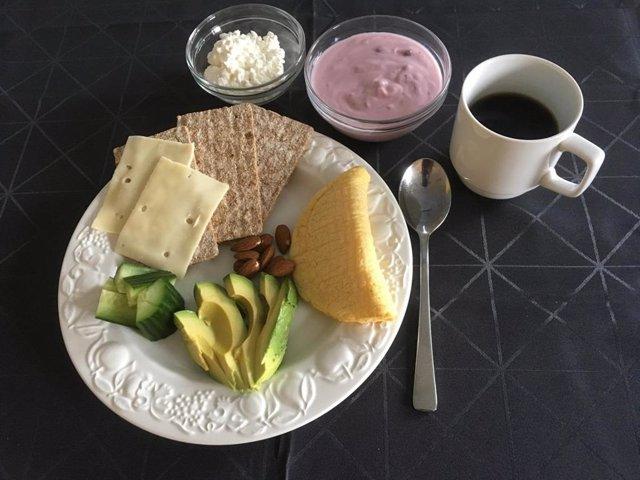 Un ejemplo de una de las comidas de prueba con un contenido reducido de carbohidratos y un mayor contenido de proteínas y grasas.