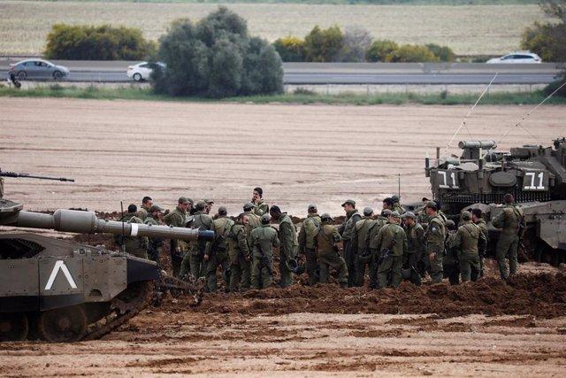 Soldados israelíes toman posiciones cerca de la Franja de Gaza
