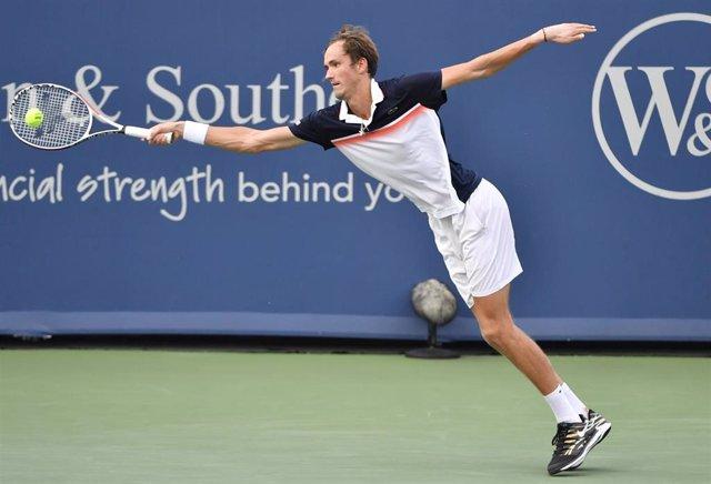 Daniil Medvedev, en pleno partido ante Novak Djokovic.