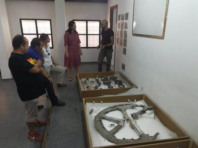 Cristina Casanueva visita los restos del carro de época íbera hallados en el Cerro de la Horca