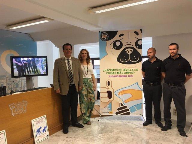 El delegado de Gobernación y Fiestas Mayores, Juan Carlos Cabrera, y la gerente de Lipasam, Virginia Pividal, en la presentación de una campaña de concienciación.