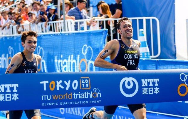 El triatleta francés Dorian Coninx cruza la línea de meta por delante del británico Alex Yee.