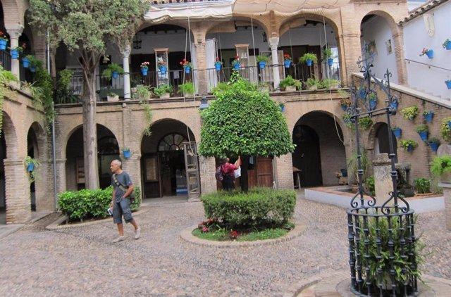 Los turistas visitan los talleres de artesanos instalados en el Zoco Municipal, en el casco histórico de Córdoba