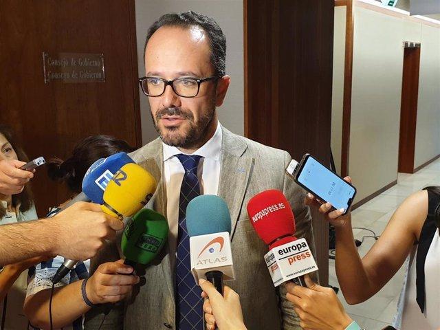 El diputado  de Vox Ignacio Blanco atiende a los medios.