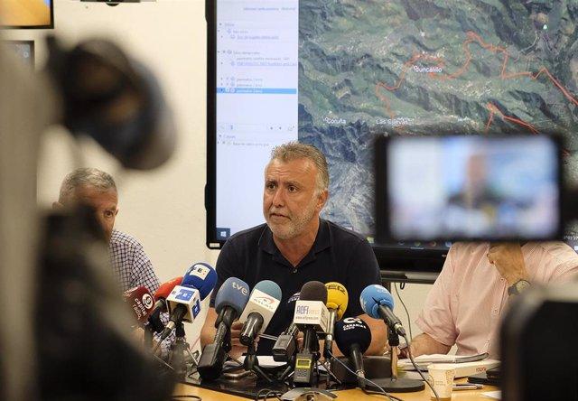 El presidente de Canarias, Ángel Víctor Torres, (en medio) comparece acompañado en rueda de prensa para dar cuenta de las tareas de extinción y la evolución del incendio declarado en la zona de Artenara, Gran Canaria.