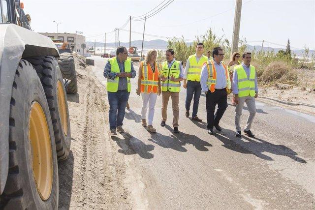 Óscar Líria visita las obras en la carretera AL-3111 entre 'El 21' y Campohermoso