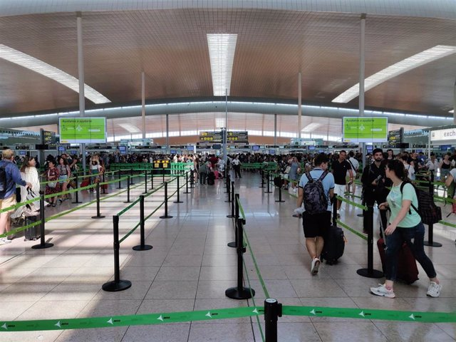 Filtro de seguridad en la T1 del Aeropuerto de Barcelona, en una imagen de archivo.