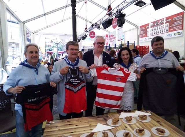 El alcalde del Bilbao, Juan Mari Aburto, participa en un acto solidario en Aste Nagusia en Bilbao