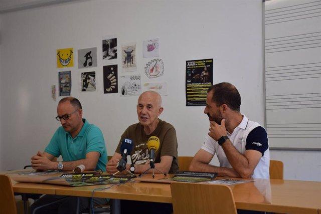 De izquierda a derecha el responsable de la Casa de la Cultura de Lugones, Óscar Caso; el dramaturgo y director, Etelvino Vázque; y el alcalde de Siero, Angel García.
