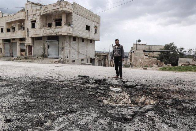 Un hombre en una zona bombardeada en Jan Sheijun, en la provincia de Idlib