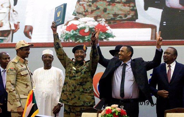 Firma del histórico acuerdo en Sudán entre el jefe del Consejo Militar de transición, Abdelfatá al Burhan, y líder opositor, Ahmad al Rabiá