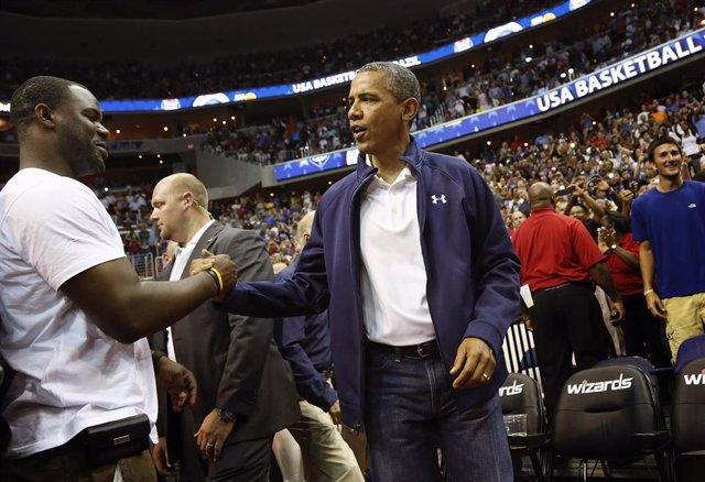 Barack Obama en un partido de baloncesto