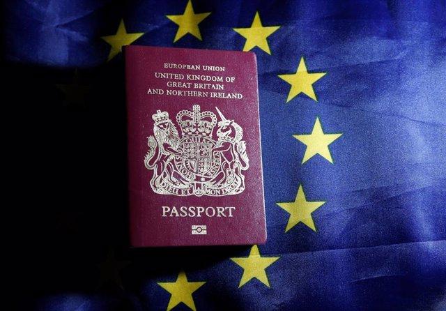 Pasaporte de Reino Unido y bandera de la UE