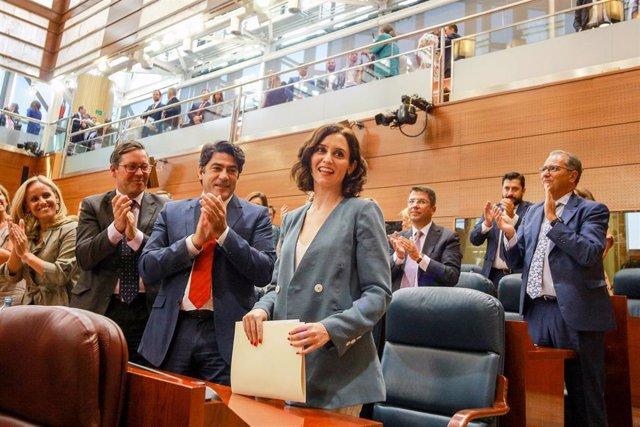 Imagen de recurso de la presidenta de la Comunidad, Isabel Díaz Ayuso (1d), que recibe el aplauso de la bancada del PP en la Asamblea de Madrid.