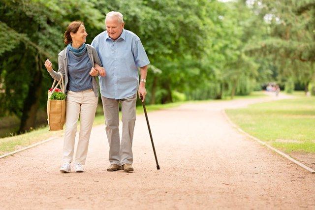 Hombre mayor acompañado de mujer.