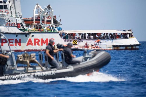 "HANDOUT - 16 August 2019, Italy, Lampedusa: A rubber dinghy of the Guardia Costeria, the Italian coast guard, sails past rescue ship ""Open Arms"", of the aid organisation Proactiva Open Arms. Photo: Friedrich Bungert/SeaWatch/dpa - ACHTUNG: Nur zur redakti"