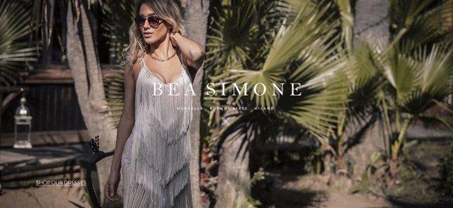 Bea Simone, una ingeniosa marca creada en Marbella para vestirla con el glamour de los años 70 Inspirada enel mediterraneo y con el trabajo de artesanos profesionales, se inserta con originalidad en el mercado global