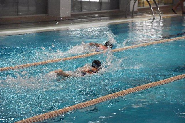 Clases de natación en las piscinas del IME.