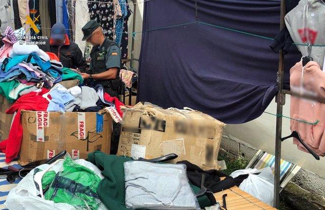 Prendas de ropa intervenidas en el mercado de Oriñón por estar, supuestamente, falsificadas