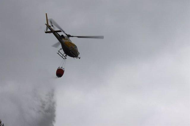 Helicóptero de extinción realizando una descarga.