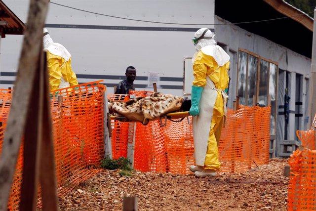 Trabajadores sanitarios trasladan a un nuevo paciente de ébola en RDC.