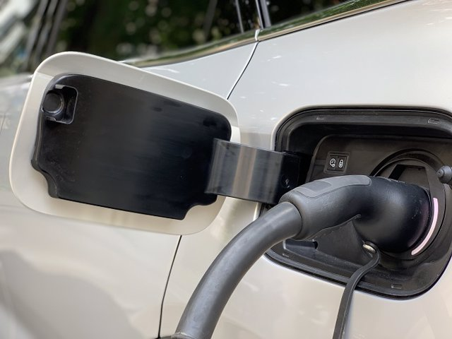 Imagen de recurso de un vehículo eléctrico cargando