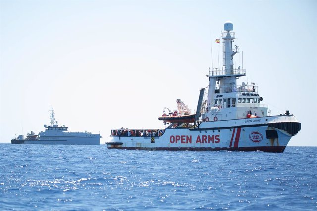"HANDOUT - 16 August 2019, Italy, Lampedusa: A ship of the Guàrdia vaig donar Finança sails behind rescue ship ""Open Arms"", of the aid organisation Proactiva Open Arms. Photo: Friedrich Bungert/SeaWatch/dpa - ACHTUNG: Nur zur redaktionellen Verwendung und"