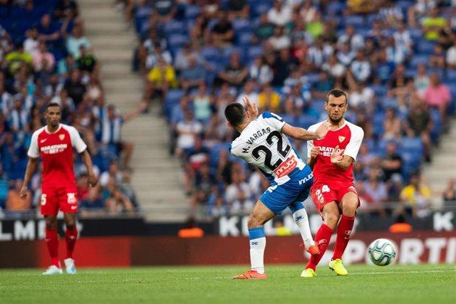 Joan Jordán disputa un balón con Matias Vargas en el Espanyol-Sevilla