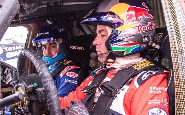 Fernando Alonso junto a Giniel de Villiers durante su prueba en marzo del Toyota Hilux del Dakar