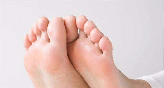 """El Colexio de Podólogos de Galicia recomienda en verano una """"hidratación exhaustiva"""" para evitar la sequedad y la aparición de grietas en los pies.."""